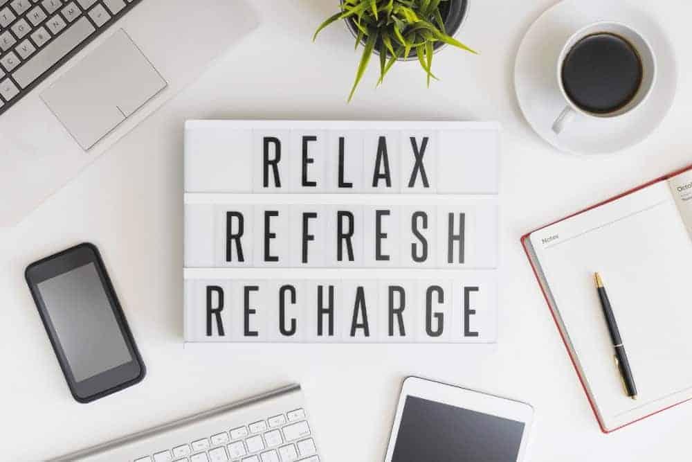 Endocannabinoid System stärken Tisch mit Tontafel Relax Refresh Recharge