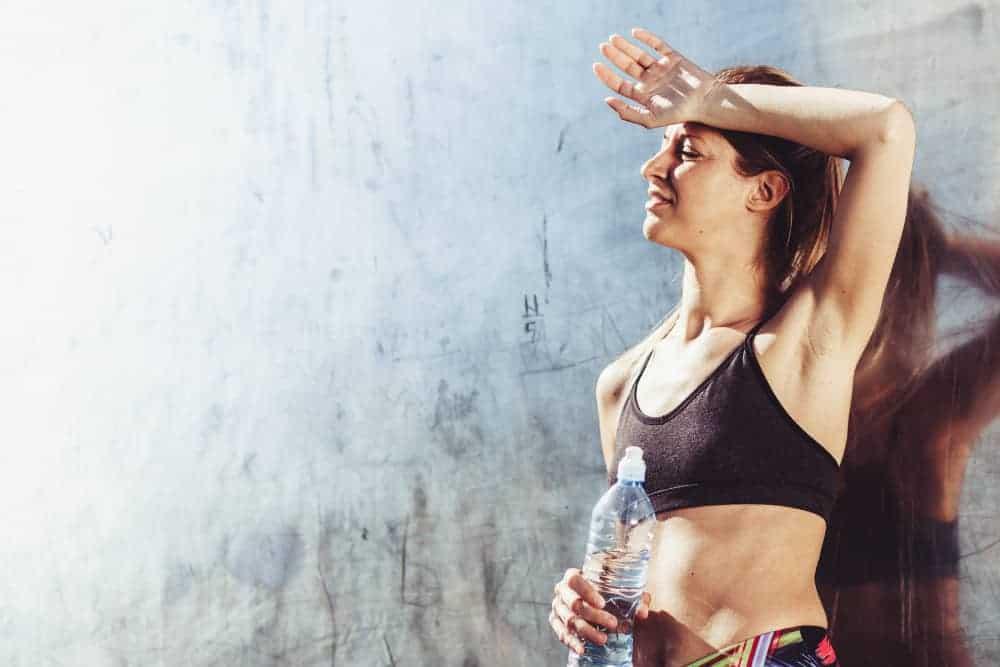 Schwitzen zur Anregung der Entgiftung junge Frau in der Sonne beim Sport machen