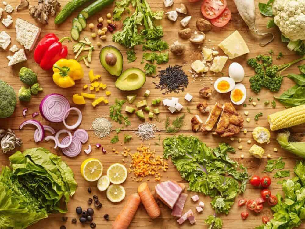 Gemüse, Fleisch und Nüsse auf Holztisch