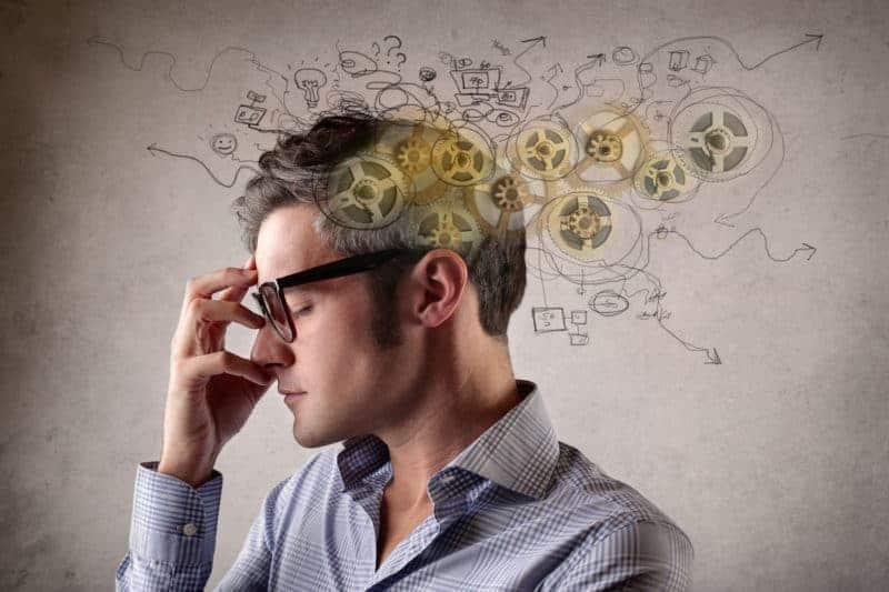Konzentration steigern junger Mann denkt nach