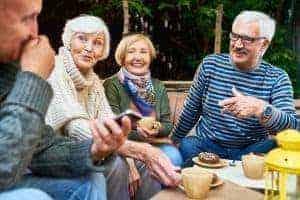 Lachende Seniorenrunde