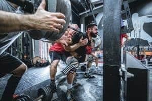 Sportler beim Gewichte stemmen