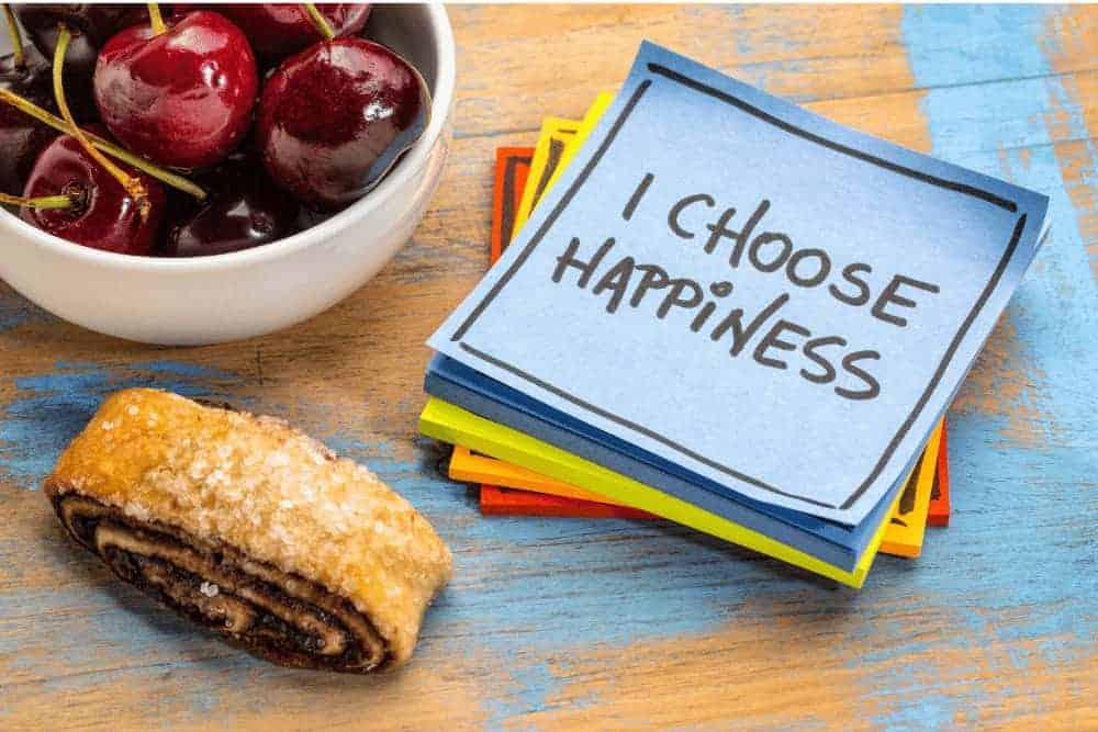 Positive Affirmationen auf einem Zettel mit Kirschen und einem Blätterteig-Teilchen