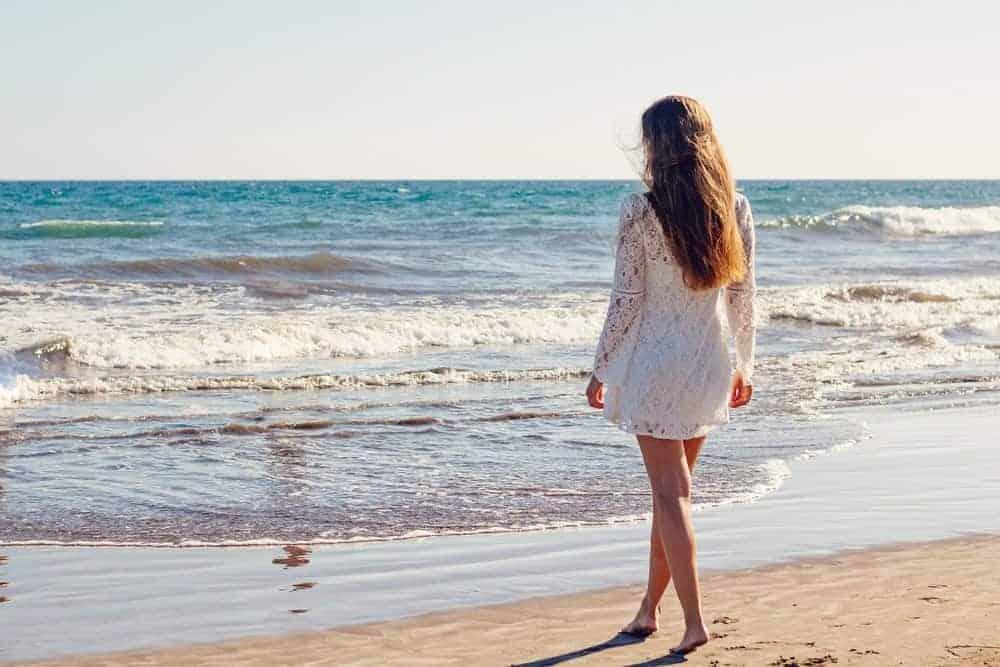 Frau barfuß am Strand