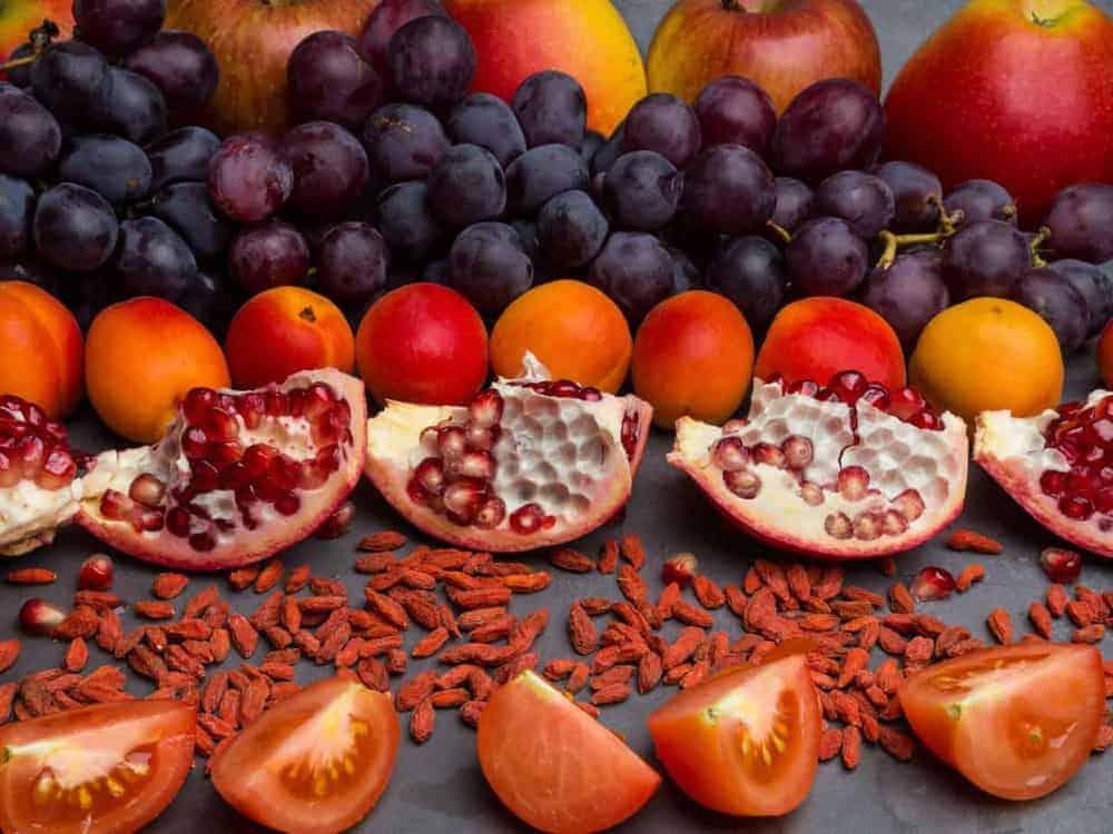 Schilddrüse Ernährung: rote Früchte und Beeren reich an Vitaminen, Resveratrol, Antioxidantien, Lebensmitteln, Äpfeln, Trauben, Aprikosen, Granatapfel, Goji, Tomaten
