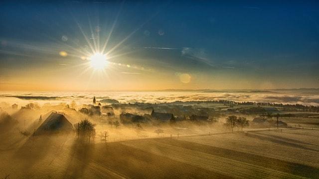 Tal im Sonnenaufgang mit Wolkenmeer im Hintergrund