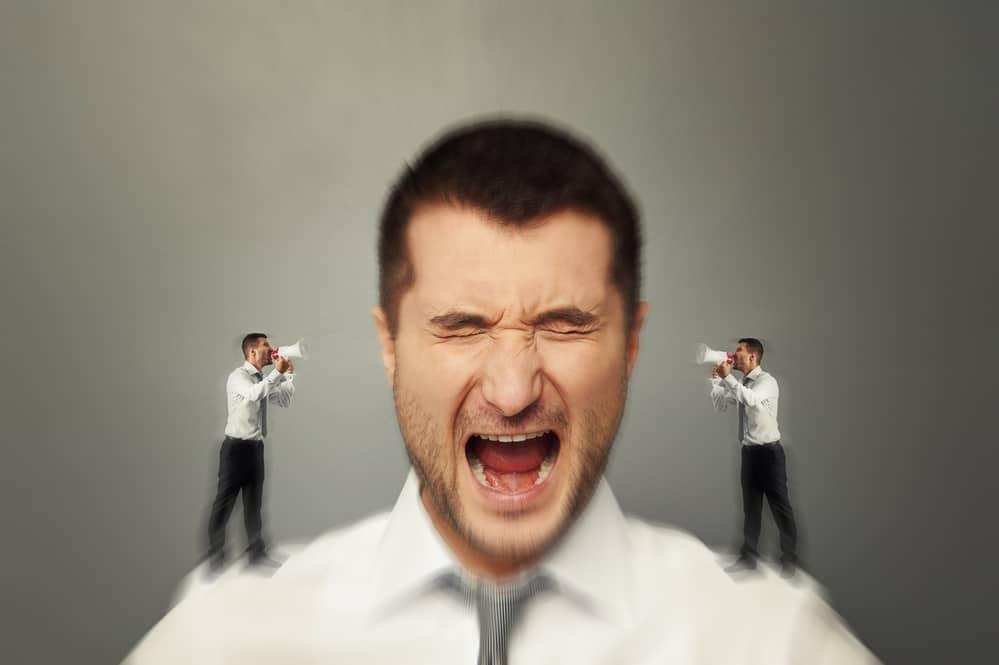 Junger Mann wird von innerer Stimme geplagt